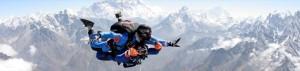 """Mount Everest: mal nicht in der Schlange hochklettern, sondern als Tandem """"erfliegen"""" Foto: Everest-Skydive"""