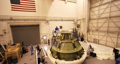 """Ingenieure von Lockheed Martin beim Test der Pyrobolzen am """"Raumschiff Orion"""". Foto: NASA"""