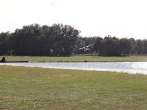 Für Skydiver. Die wissen wo der (auf dem Foto zweckentfremdete) Teich liegt. Für Modellflieger und Seaplane Enthusiasten.