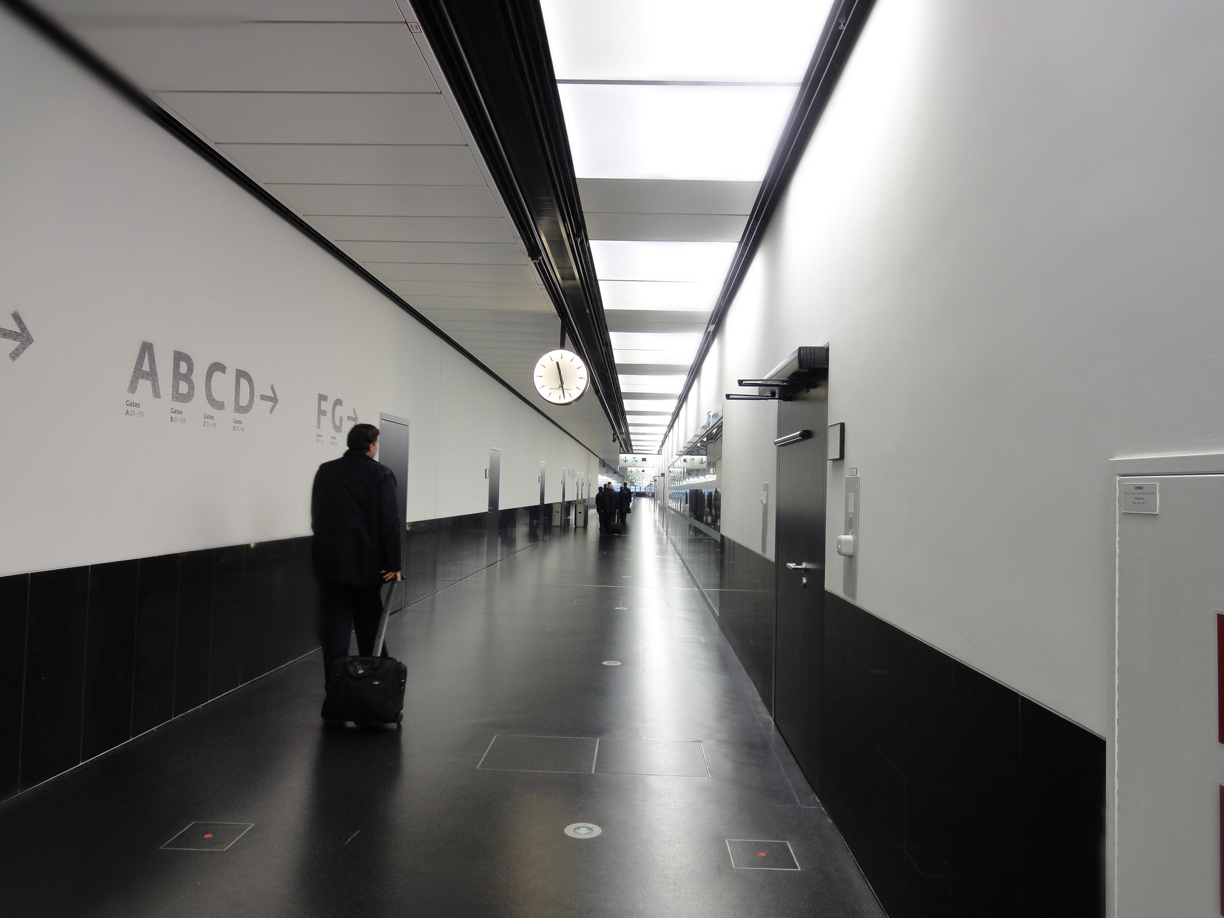 Nur mehr die Crew sucht sich ihren einsamen nächtlichen Weg in den leeren Gängen des Terminals. Nach 12 1/2 Stunden Flugeinsatz.
