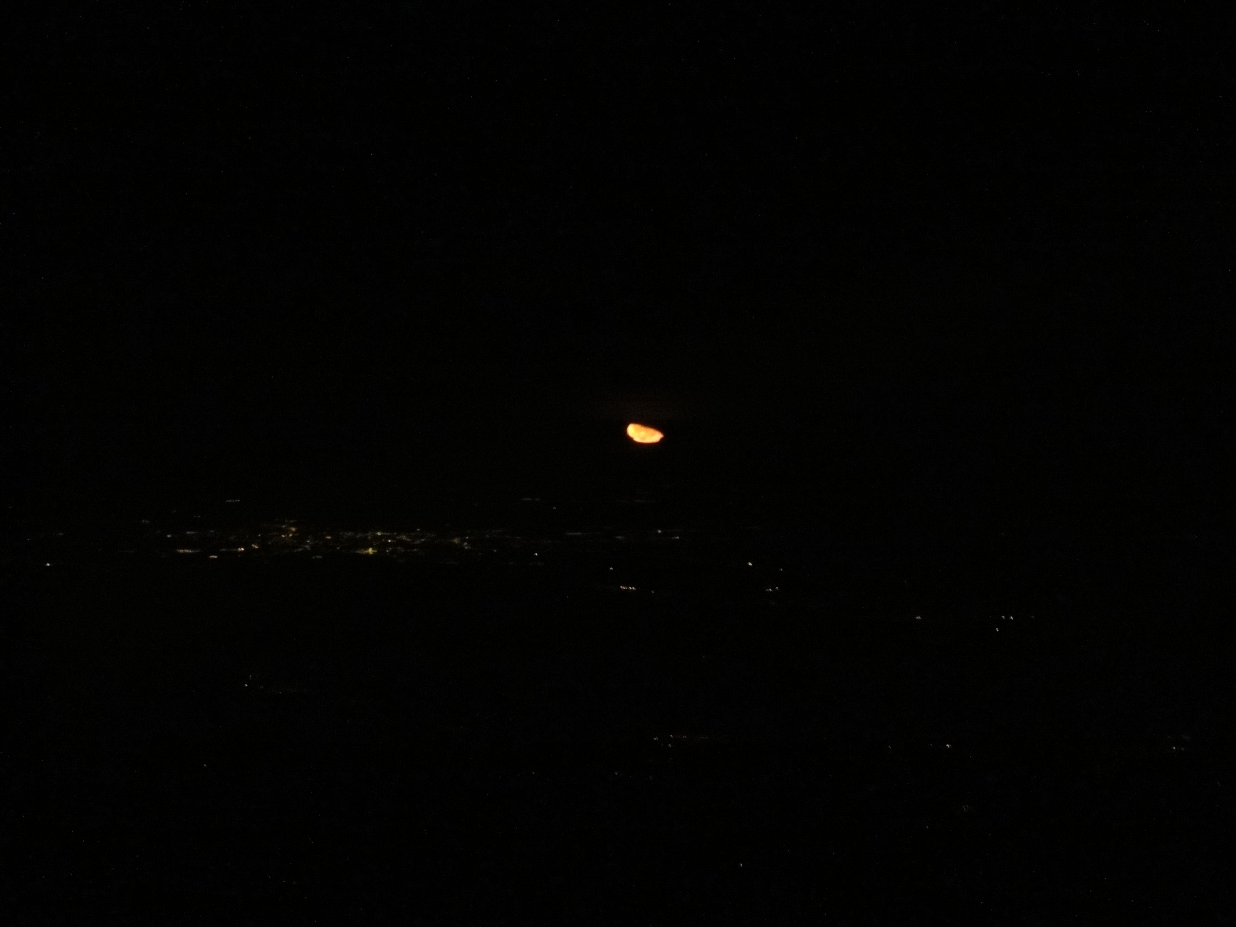 Erst wenige Minuten später sieht man, dass es nicht die Sonne war, sondern tatsächlich der Mond, der überm Horizont erscheint.