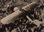 Amelia Earharts Lockheed Electra inmitten der Menschenmenge in Oakland, nachdem sie als erste Pilotin einen Soloflug von Hawaii aufs Festland der USA erfolgreich absolviert hatte. (Start 2. Januar 1935, Ankunft in Oakland 18 Stunden und 16 Minuten später)